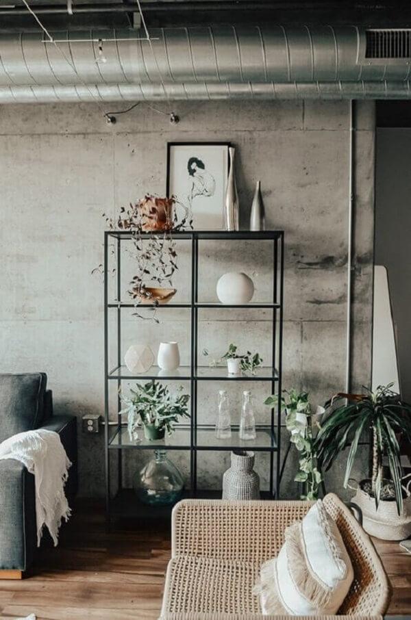 Decoração simples com parede de cimento queimado e estante de vidro. Fonte: Futurist Architecture