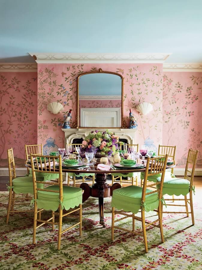 Decoração vintage para sala de jantar com cadeira verde e papel de parede rosa Foto Pinterest