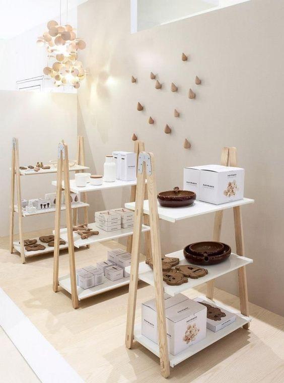 Decoração com estante cavalete branca e de madeira