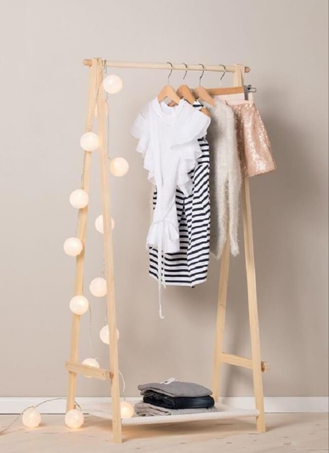 Decore sua arara de madeira com cordão de luz. Fonte: Pinterest