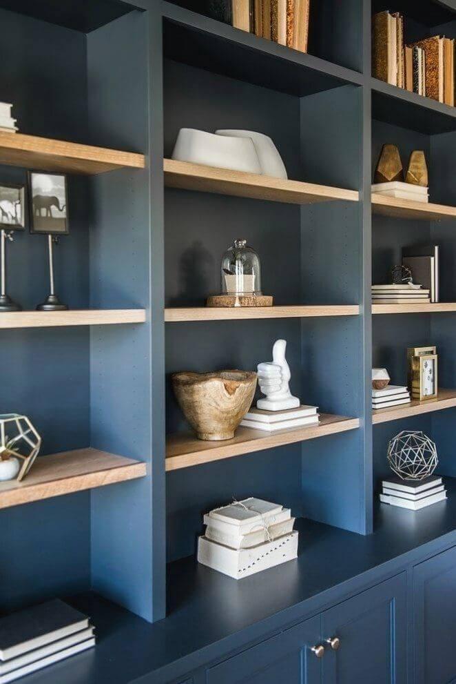 Enfeites para estante azul marinho com livros e vasos