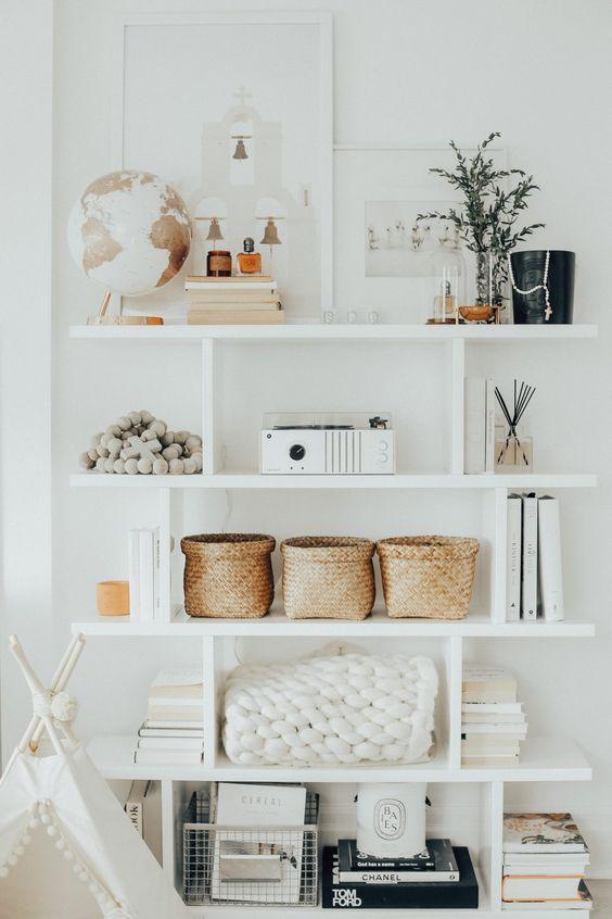 Enfeites para estante branca com globo livros e projetor