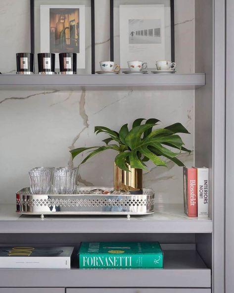 Enfeites para estante cinza com bandeja prata