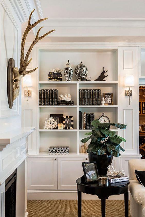 Enfeites para estante com livros e vasos preto e branco