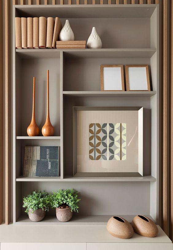 Enfeites para estante com quadros e vasos