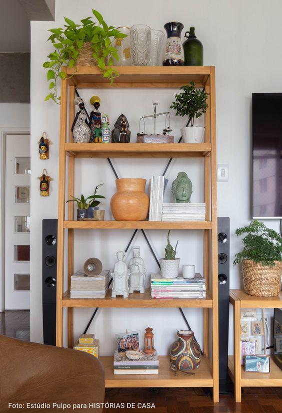 Enfeites para estante de madeira na sala de estar pequena