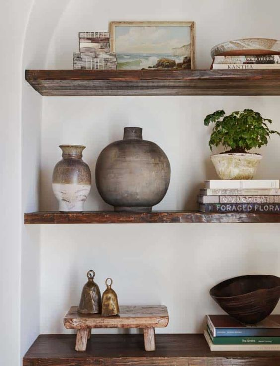 Enfeites para estante de madeira na sala de estar rústica