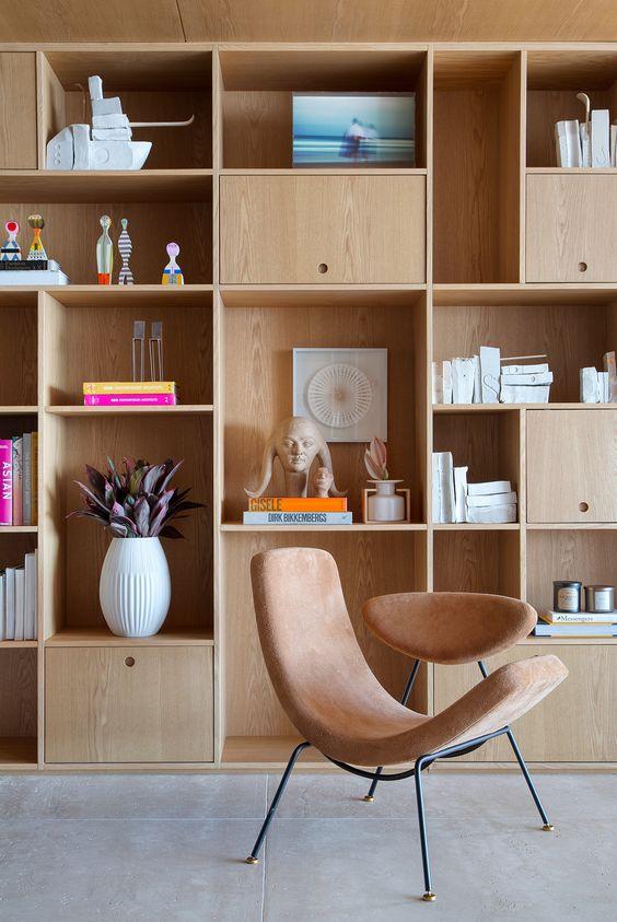 Enfeites para estante de madeira planejada na sala de estar
