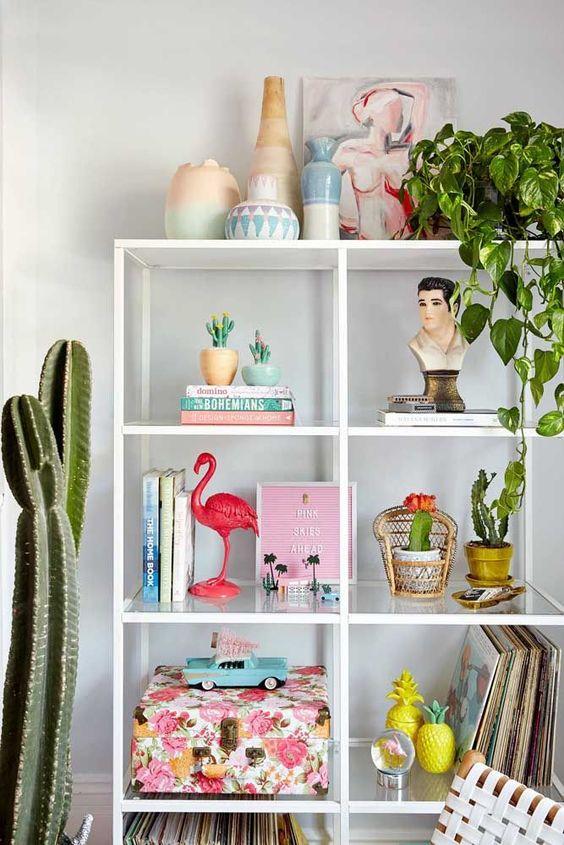 Enfeites para estante na sala de estar moderna