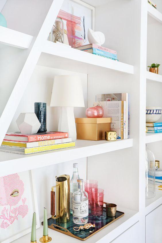 Enfeites para estante variados na decoração