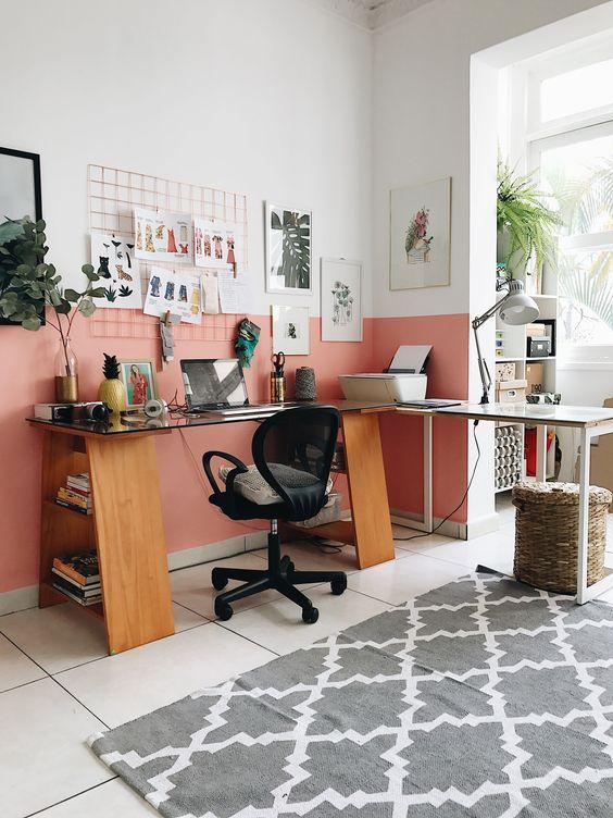 Escritório cor coral com mesa de home office de madeira e vidro e cadeira preta