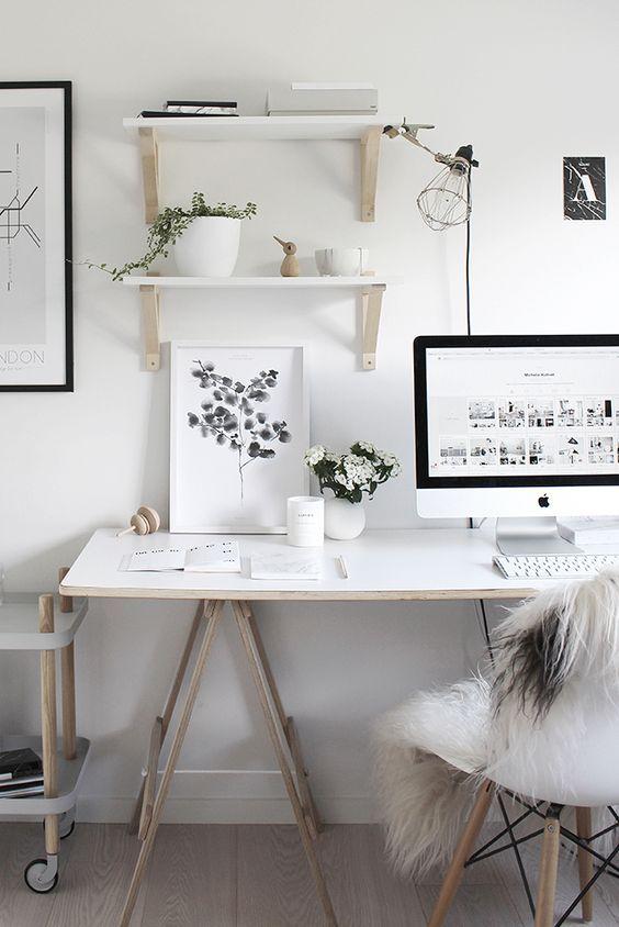 Escrivaninha com cavalete e prateleiras para decorar o espaço
