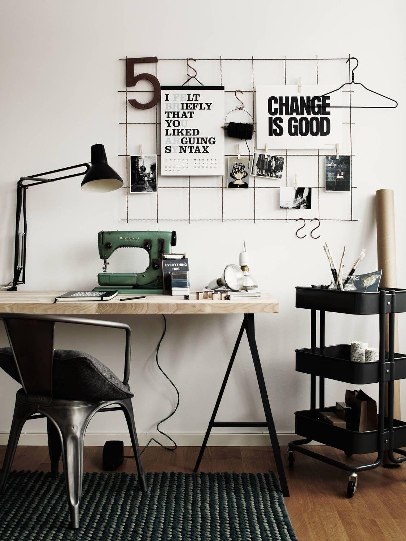 Escrivaninha com cavalete e máquina de costura