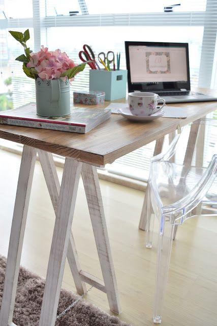 Escrivaninha com cavalete de madeira branca