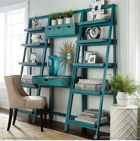 Escrivaninha com estante cavalete turquesa na sala de estar