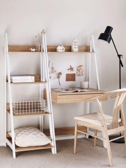 Escrivaninha pequena com estante cavalete no home office