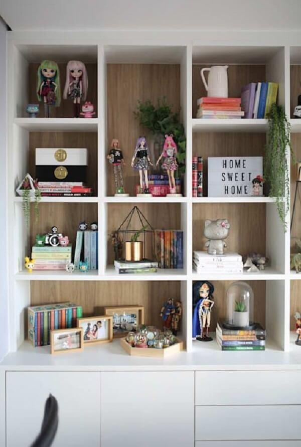 Estante com enfeites de bonecas e livros