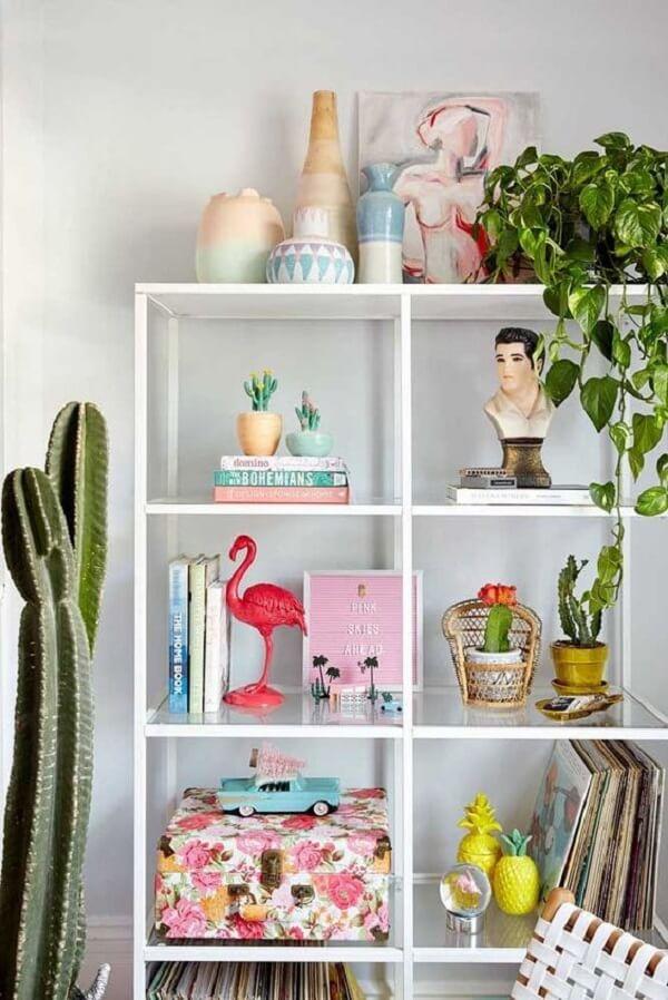 Estante de ferro e vidro para sala de estar moderna. Fonte: Pinterest
