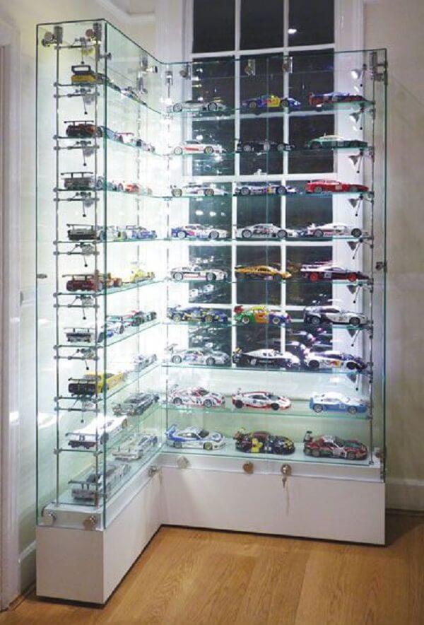 Estante de vidro de canto organiza os carros colecionáveis. Fonte: Pinterest