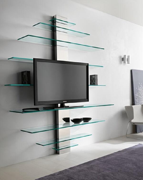 Estante de vidro na parede com montagem diferenciada. Fonte: Pinterest