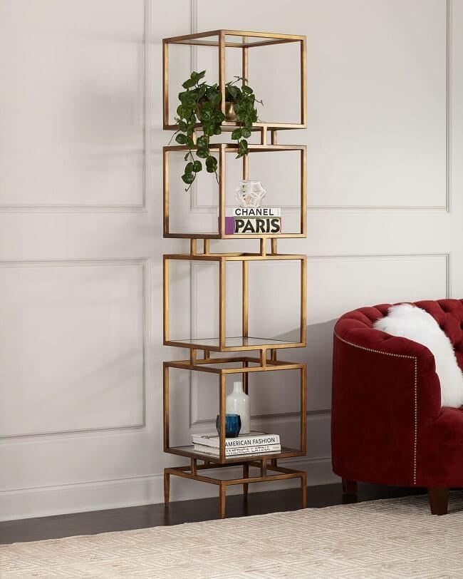 Estante de vidro para sala com acabamento dourado. Fonte: Horchow