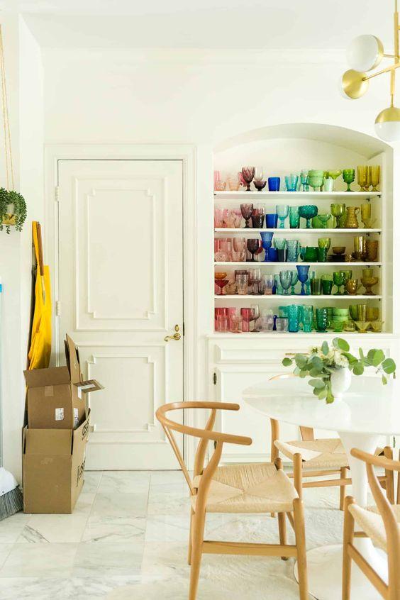 Estante decorada com taças de vidro coloridas