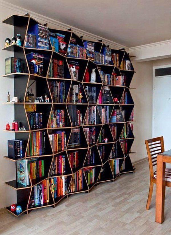 Estante moderna com livros variados