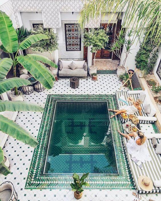 Forme diferentes mosaicos na piscina com pastilha verde. Fonte: Pinterest