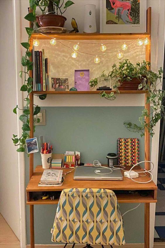 Home office na sala com estante de madeira