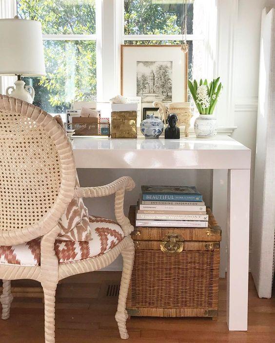 Home office na sala com mesa branca e moderna