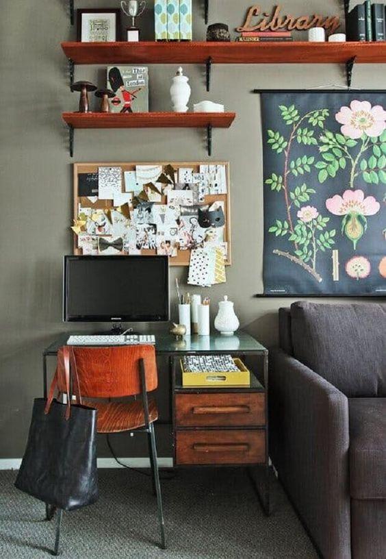 Home office na sala com mesa de vidro e cadeira de madeira