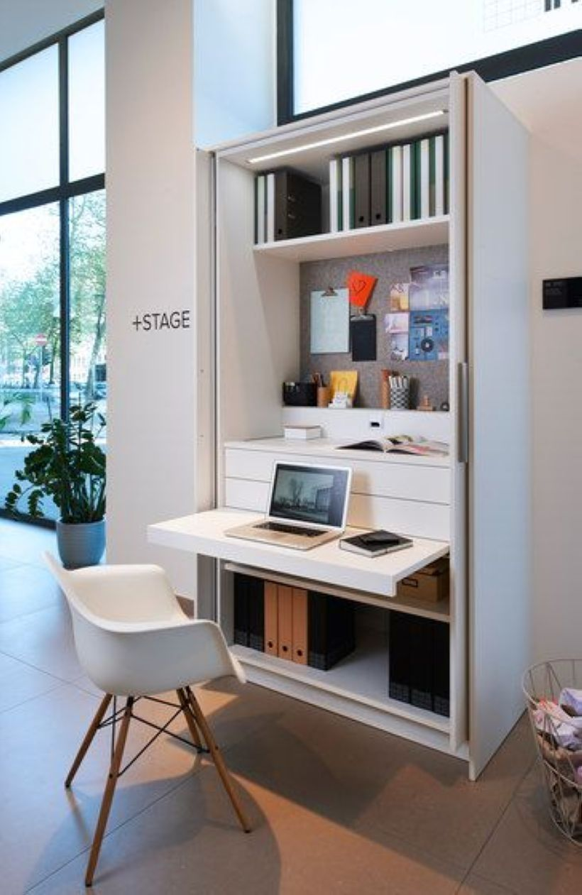 Home office na sala com mesa no armario