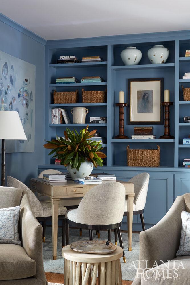 Home office na sala de estar com estante de madeira azul