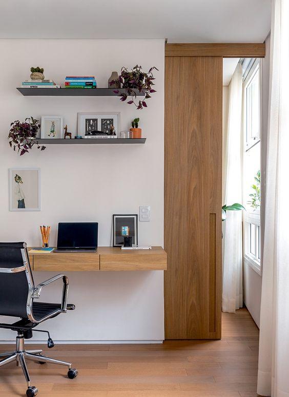 Home office na sala de estar moderna feita de madeira e com cadeira confortavel