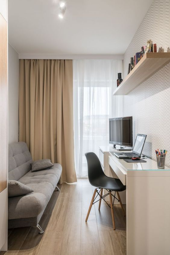 Home office na sala de estar pequena com mesa de escrivaninha branca
