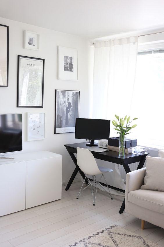 Home office na sala de estar pequena em preto e branco
