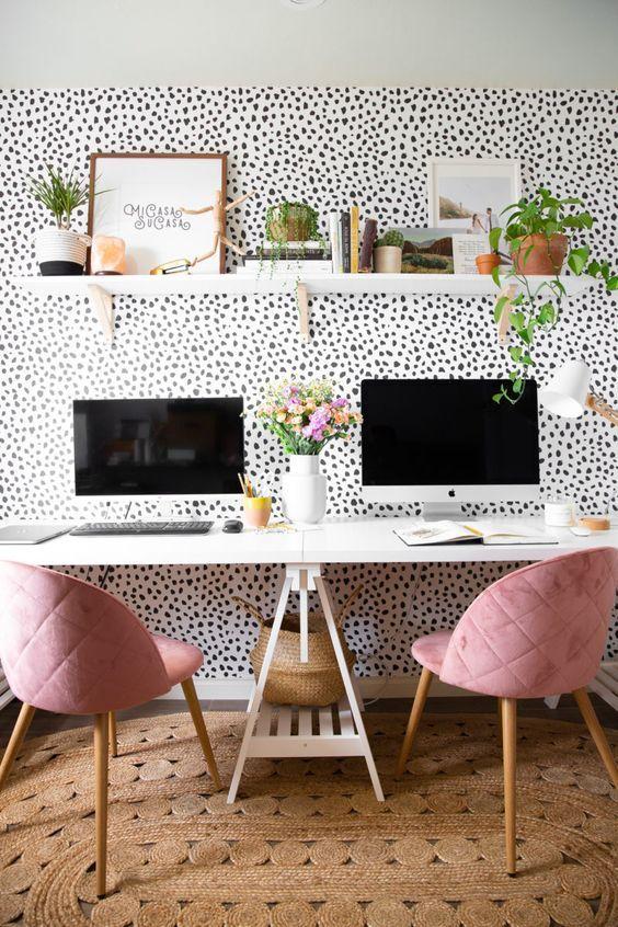 Home office na sala moderna com papel de parede criativo