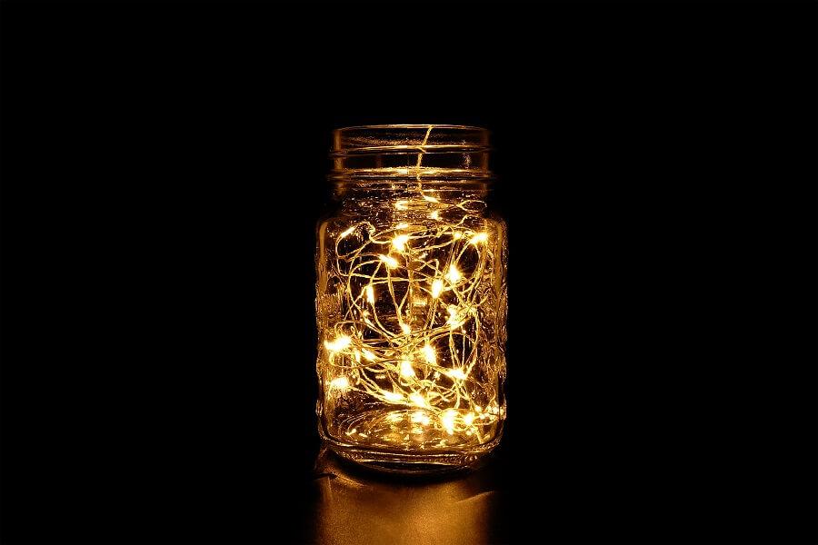 Ideia simples de luminária com potes de vidro e luzinhas Foto istockphoto