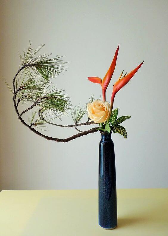 Ikebana com flores em tons de laranja e amarelo