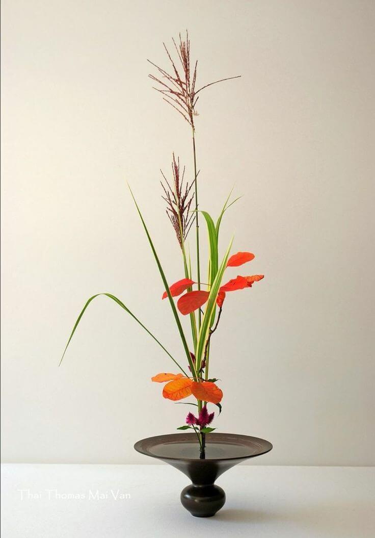 Ikebana com flores laranja