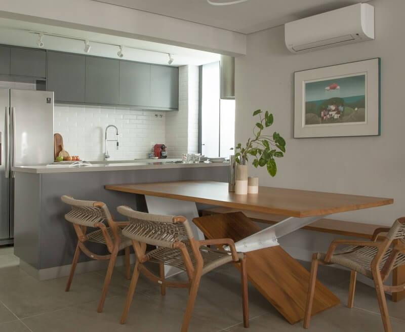 Iluminação em trilho branca agrega valor na decoração da decoração e bancada. Projeto de Bruno Moraes Arquitetura e Interiores