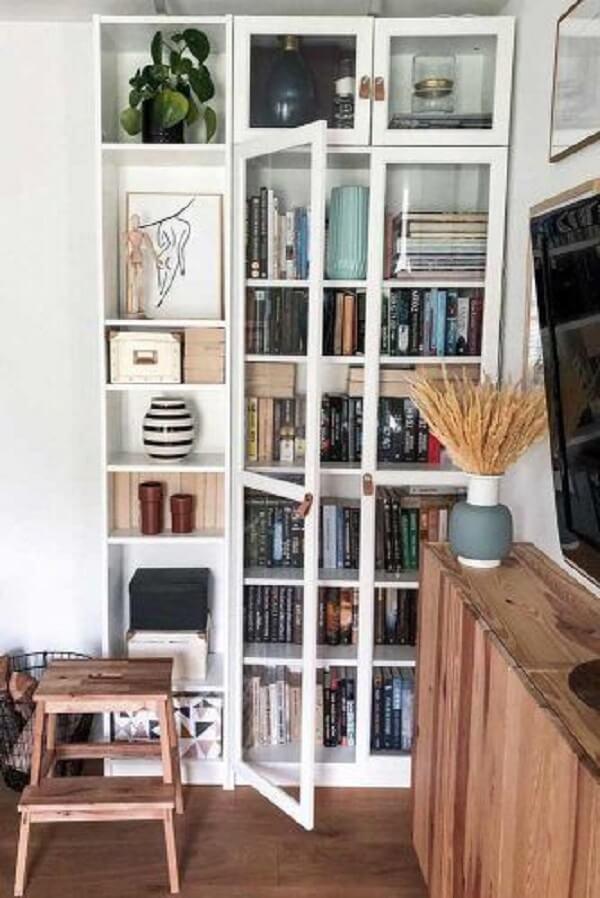 Invista em uma linda estante de vidro para livros. Fonte: Glaminati