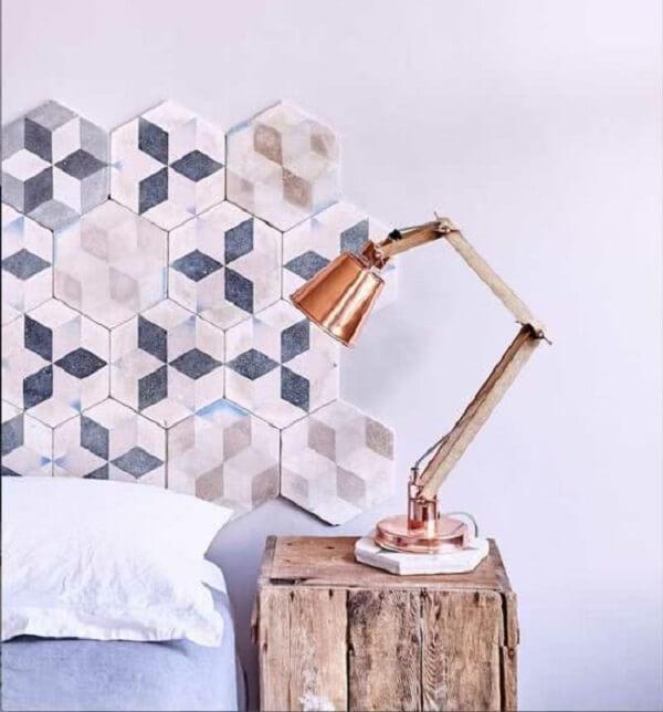 Já pensou em fazer uma cabeceira de cama com peças cerâmicas Olha o resultado! Fonte: Pinterest