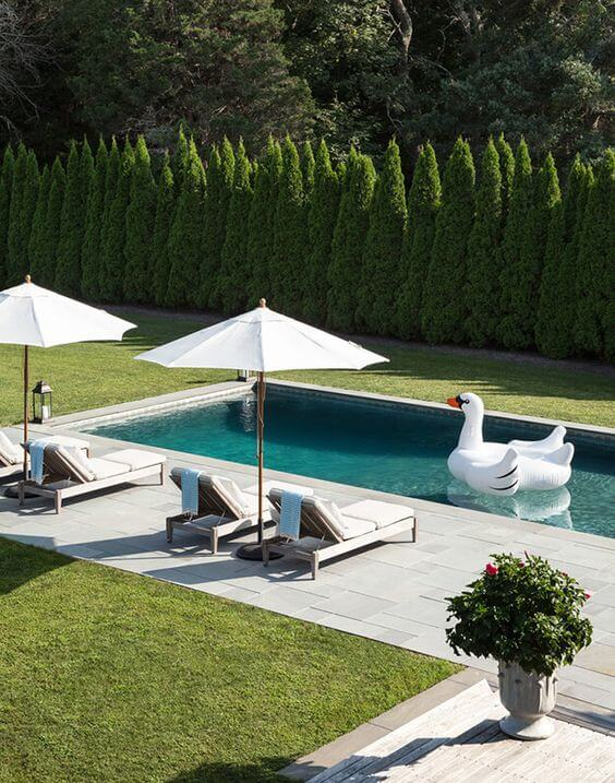 Jardim com guarda sol para piscina branco
