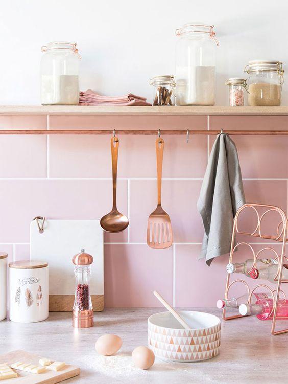 Lista de utensilios de cozinha com prateleira moderna