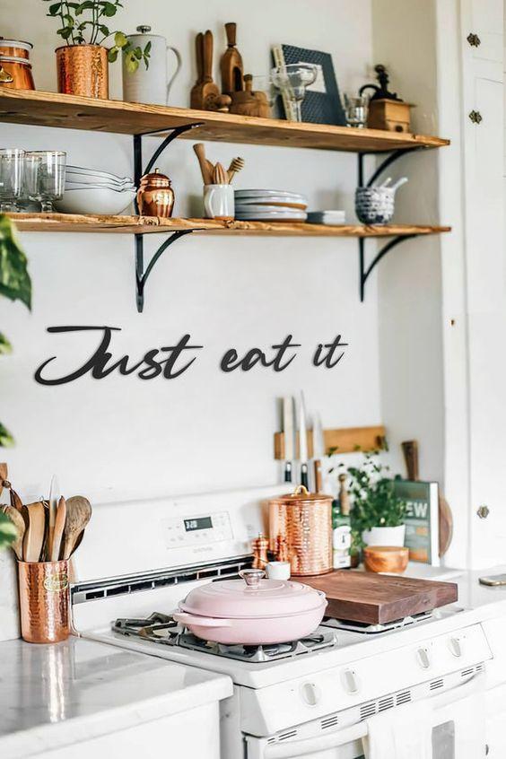 Lista de utensílios de cozinha profissional e organizada em prateleiras e armários