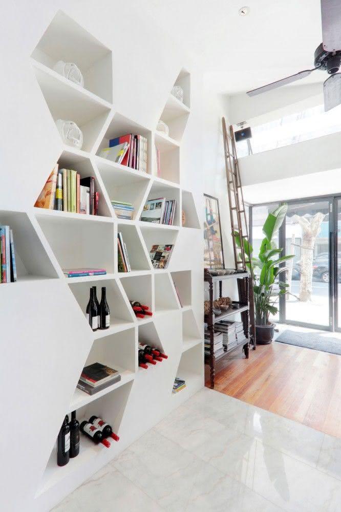 Livros e vinhos como enfeites para estante