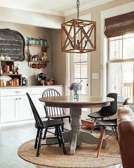 Lustre quadrado de madeira com iluminação