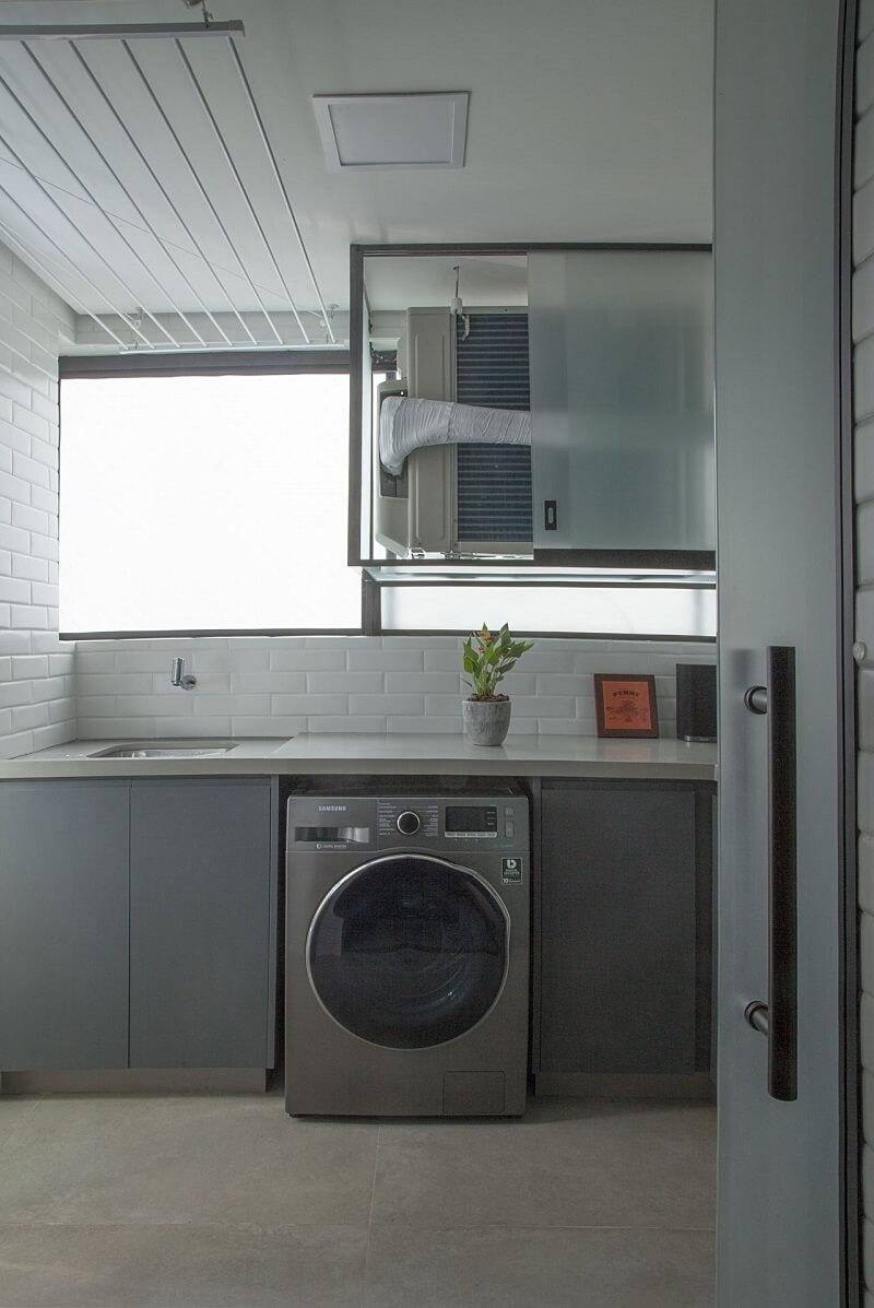Vista de outro ângulo do lavabo para a lavanderia. Projeto de Bruno Moraes Arquitetura e Interiores