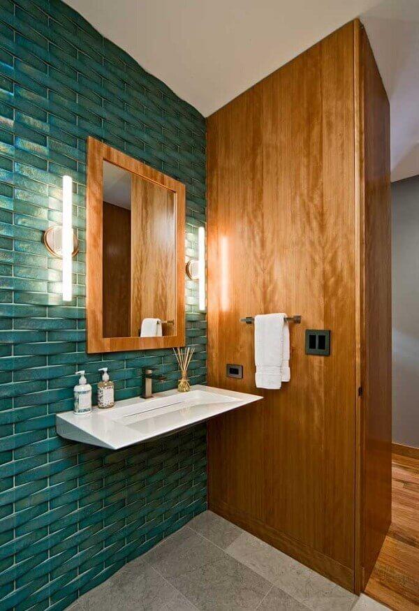 Madeira e revestimento cerâmico 3D verde marcam a decoração do lavabo. Fonte: Pinterest